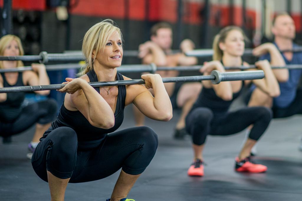 Femme réalisant un Front Squat à la salle de sport Burpees CrossFit Biarritz