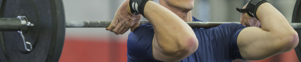 Homme réalisant un épaulé à la salle de sport Burpees CrossFit Biarritz